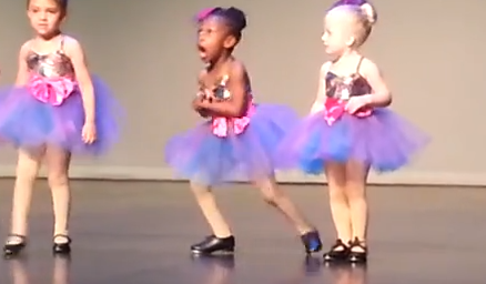 狂気乱舞する幼児のタップダンス発表会