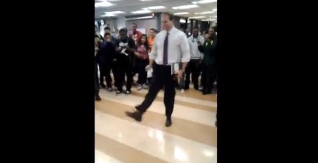 学校の先生にダンスバトルを仕掛けたら踊り返してきた動画が話題に