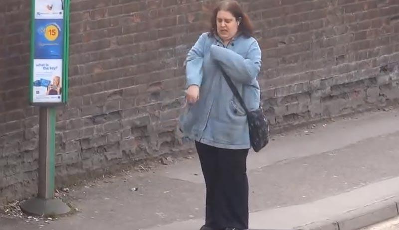 バス停での待ち時間に1人でダンスを踊っていた女性が激写される