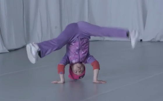 まるでCG!?6歳少女がブレイクダンス