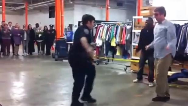 NYにて警察官がダンスバトルに乱入!?